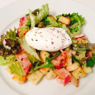 Салат с яйцом пашот и беконом новые фото
