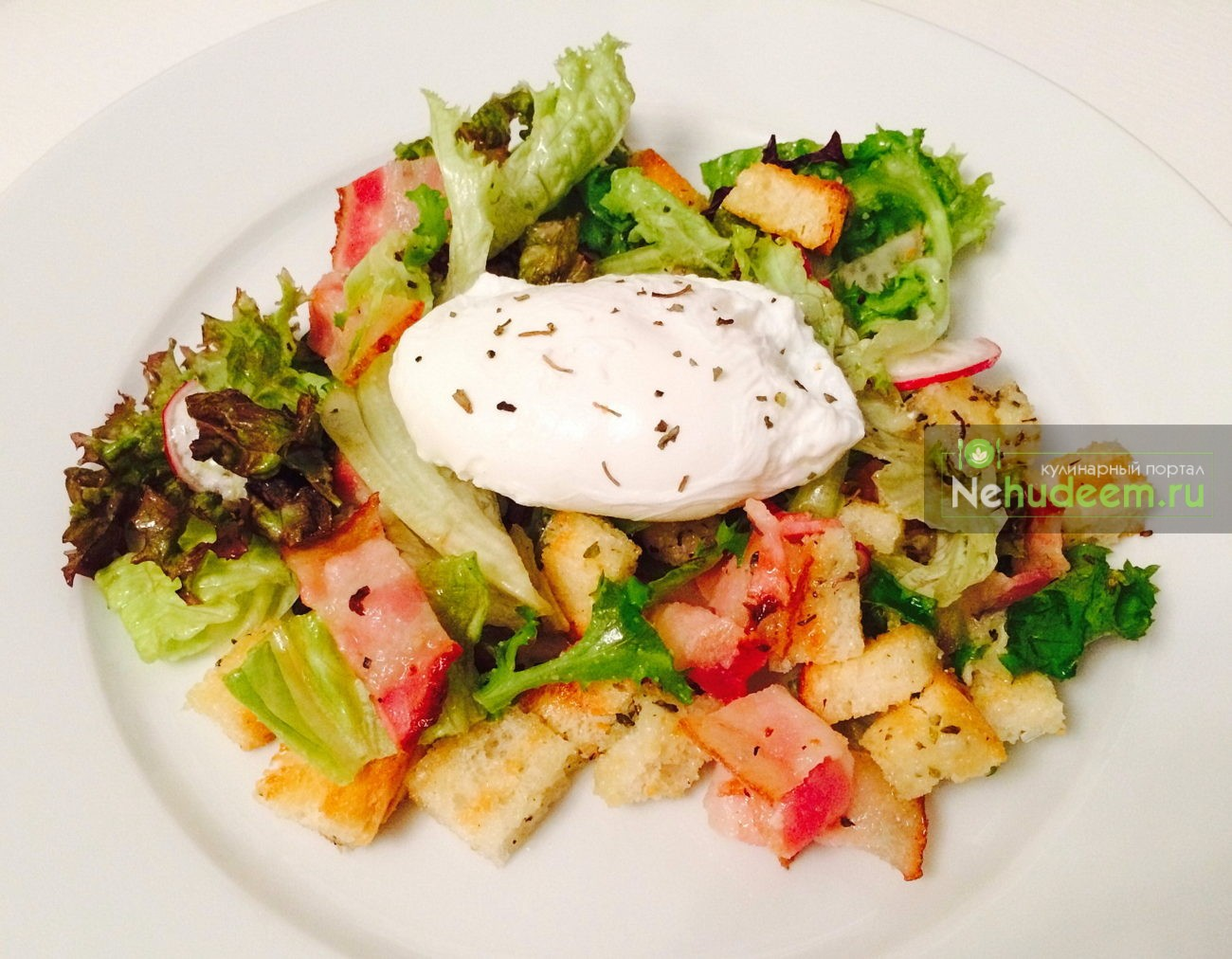 Салат с беконом, яйцом-пашот и гренками в сырно-чесночном соусе