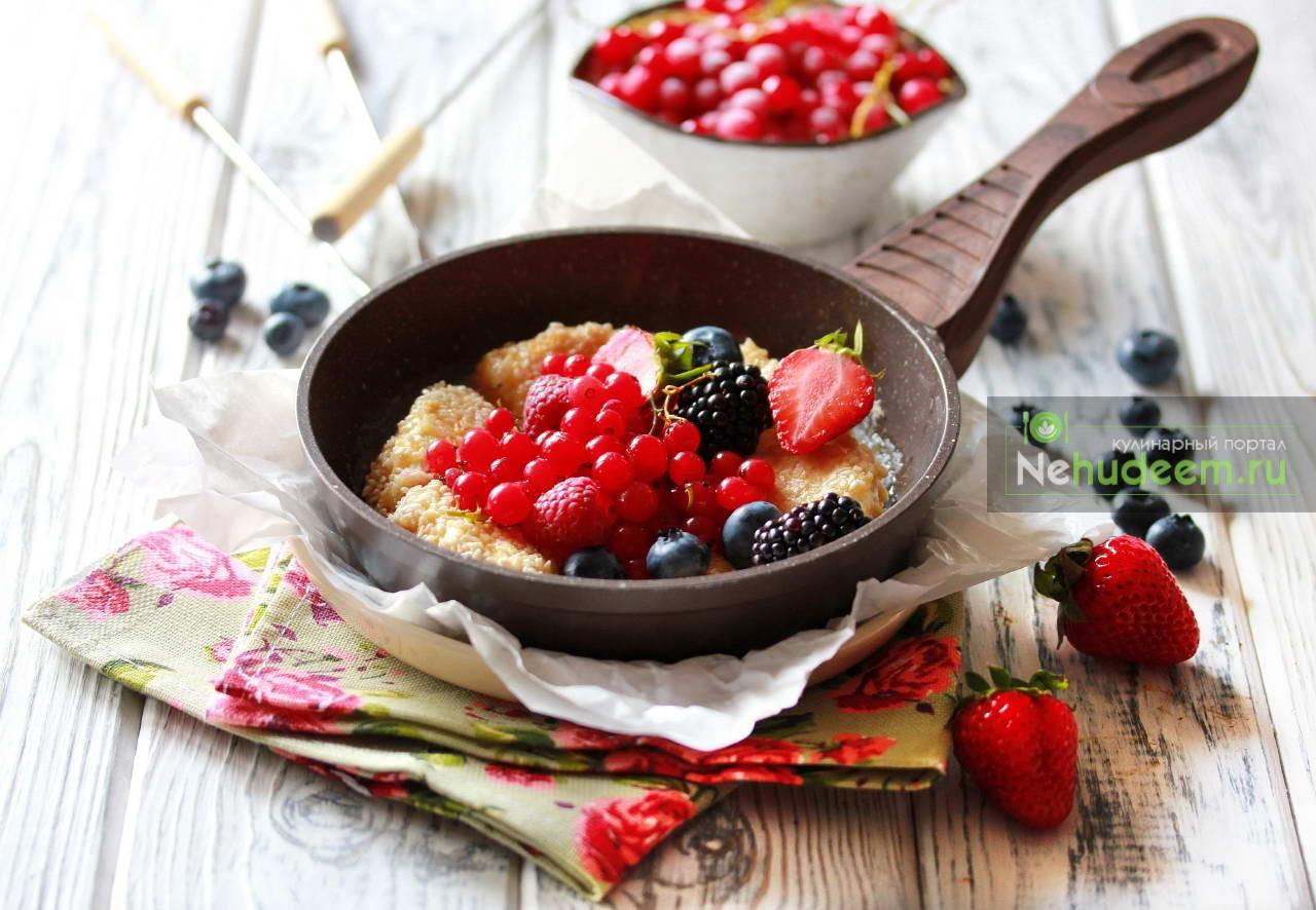 Камамбер в кунжутной панировке с ягодами
