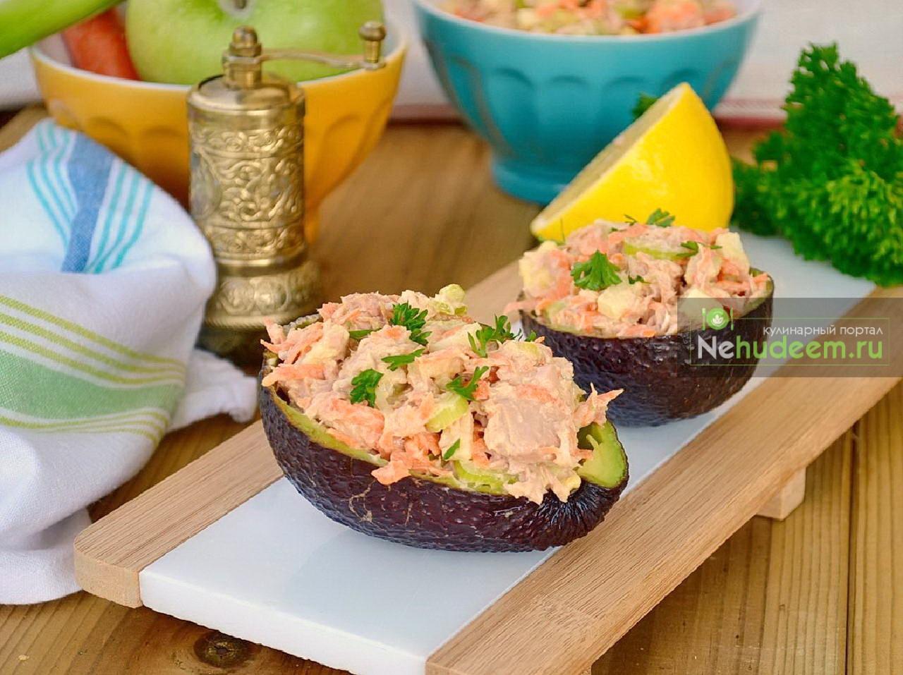 Американский салат с тунцом и яблоком