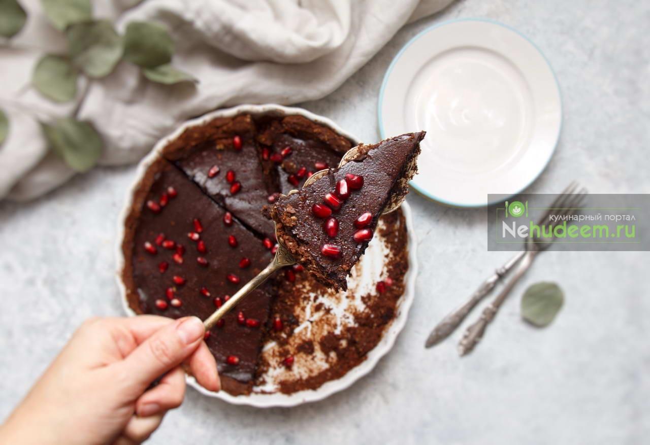 Шоколадный тарт с зёрнами граната