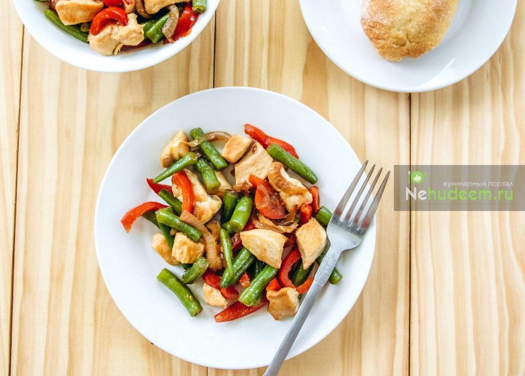 Добавляем болгарский перец, тщательно перешиваем, выкладываем на тарелки и сразу подаем к столу.