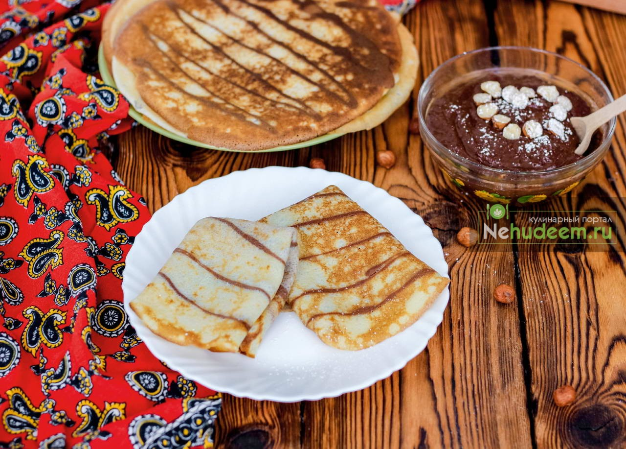 Полосатые блинчики с шоколадно-ореховым соусом