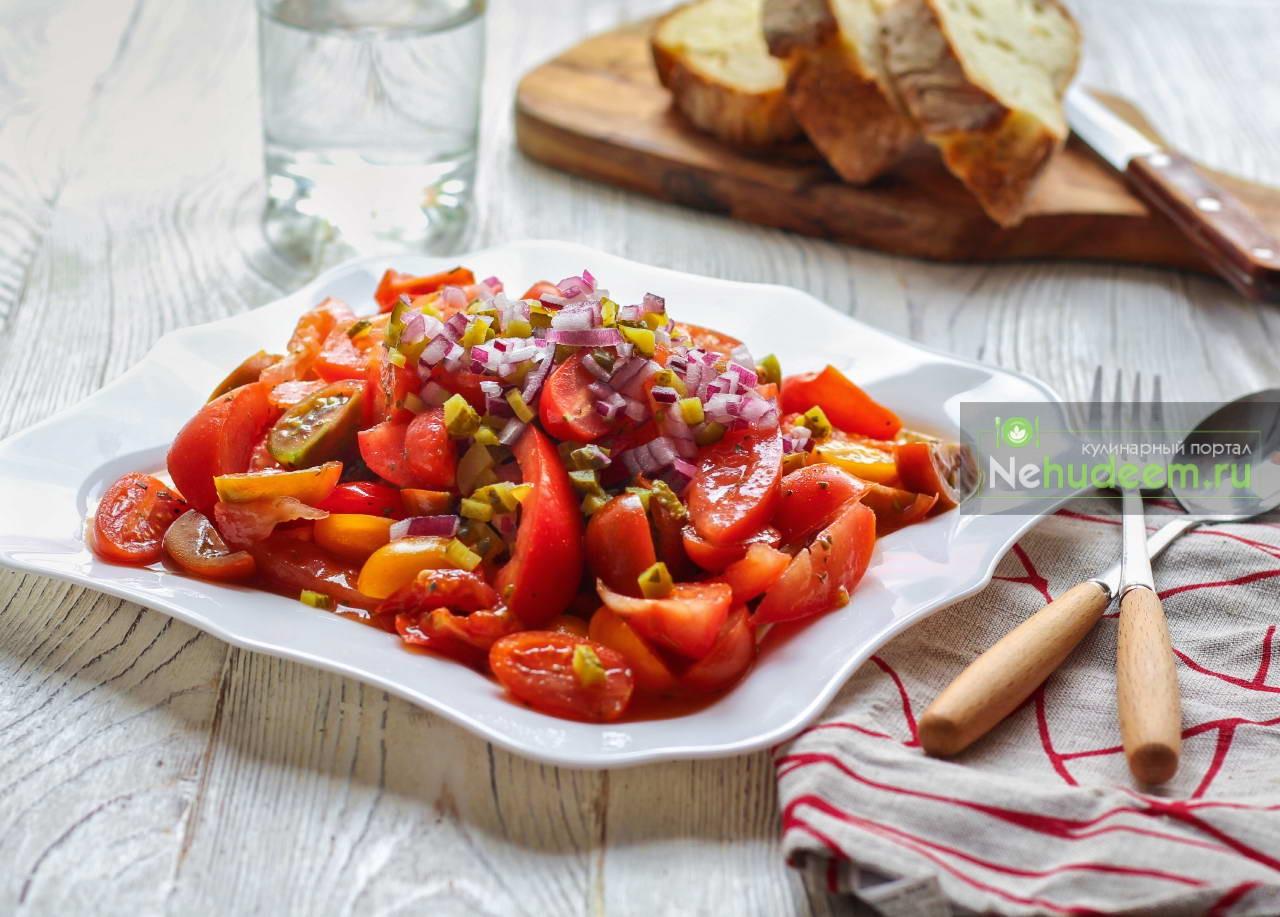 Острый томатный салат с маринованными огурцами