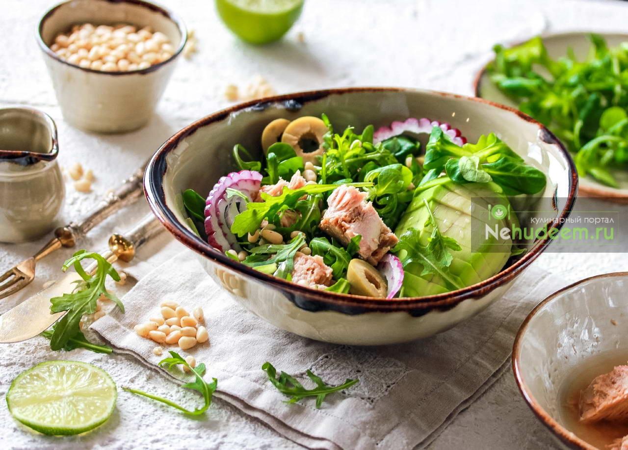 Зелёный салат с тунцом и кедровыми орешками