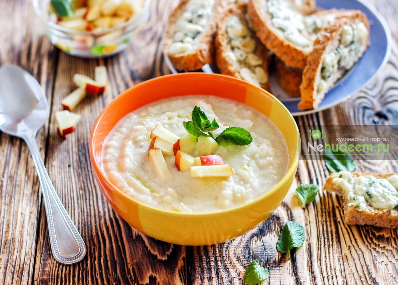 Суп из корня сельдерея и яблок с сырными тостами
