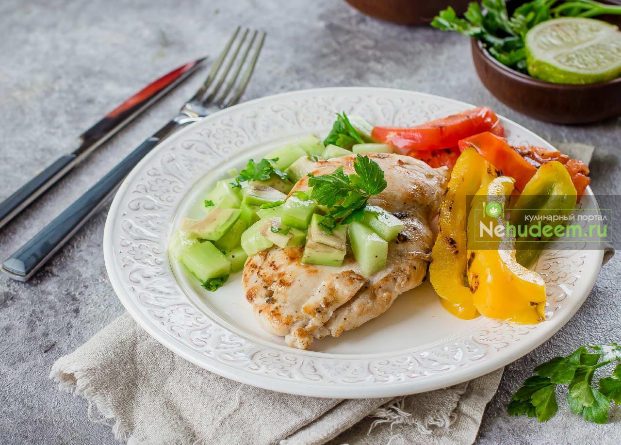 Куриное филе с овощами гриль и сальсой