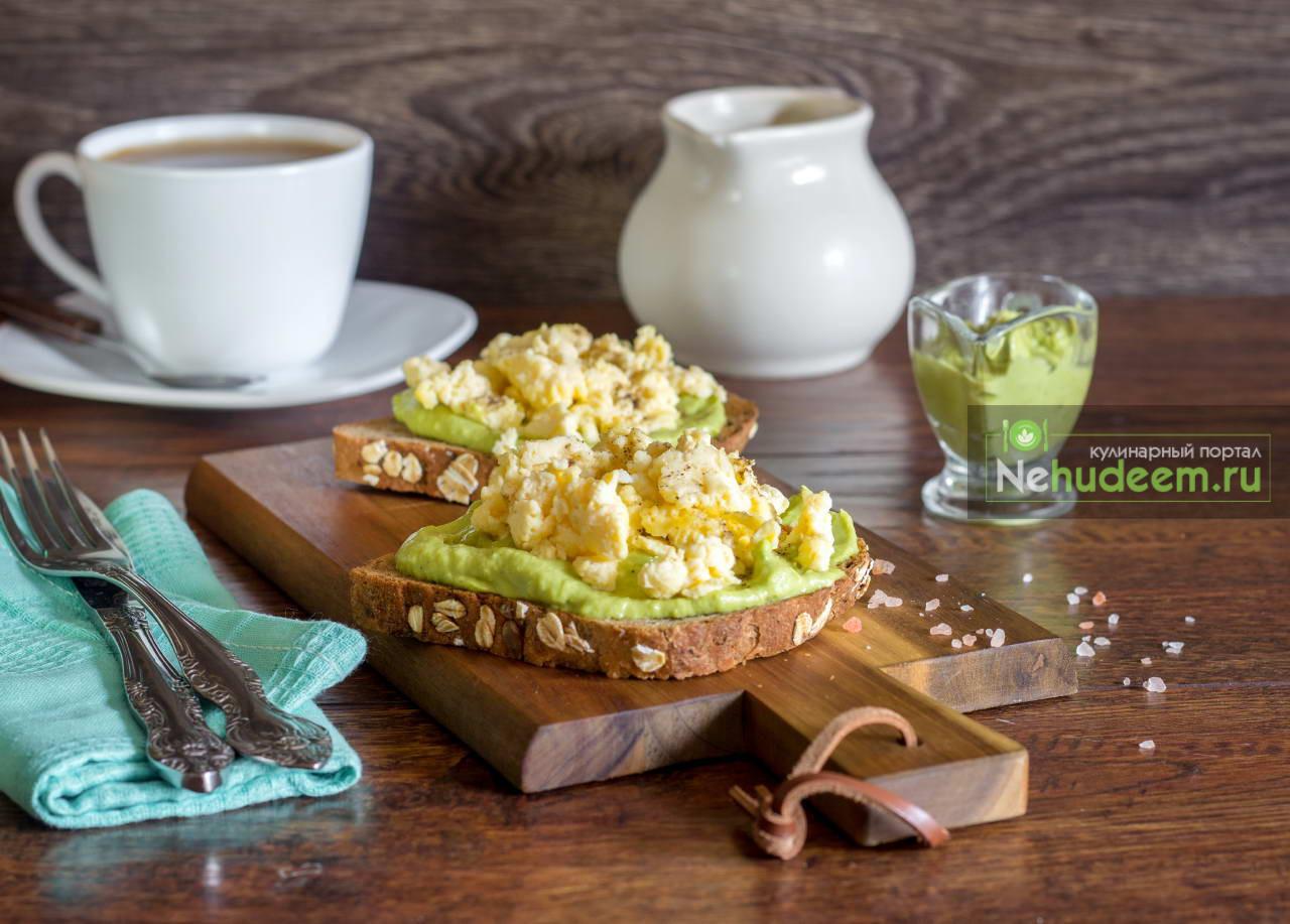 Тосты с авокадо и яичницей-болтуньей