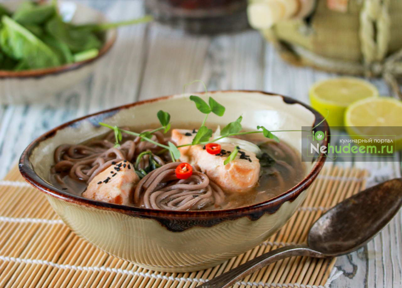 Суп с красной рыбой, гречневой лапшой и шпинатом