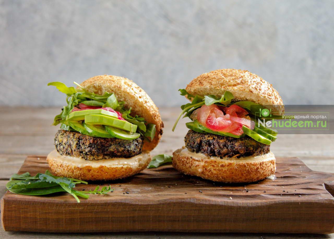 Вегетарианский бургер с грибной котлетой, кунжутным соусом и маринованным луком