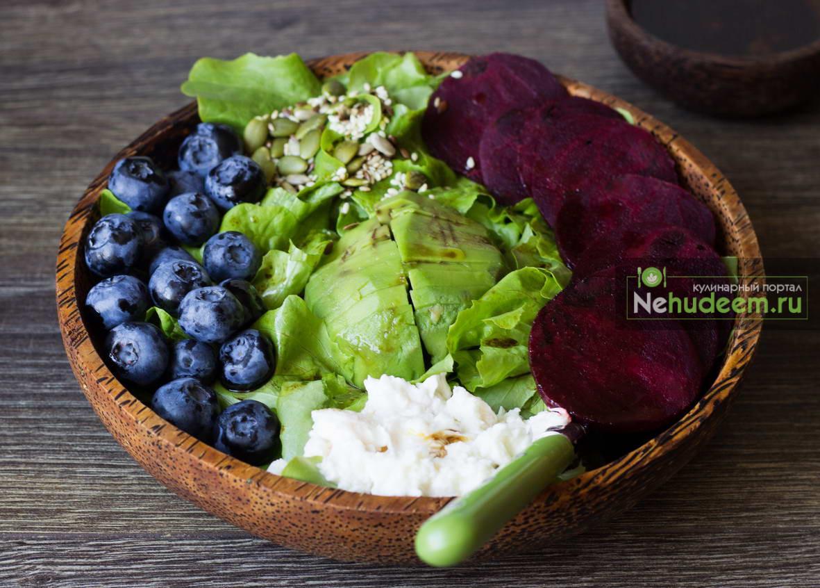 Зелёный салат со свёклой и голубикой
