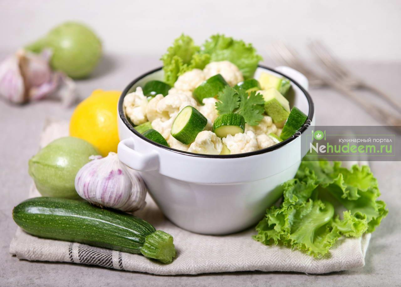 Салат из молодых сырых овощей