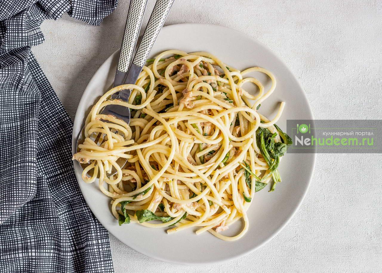 Спагетти с тунцом, лимоном и рукколой
