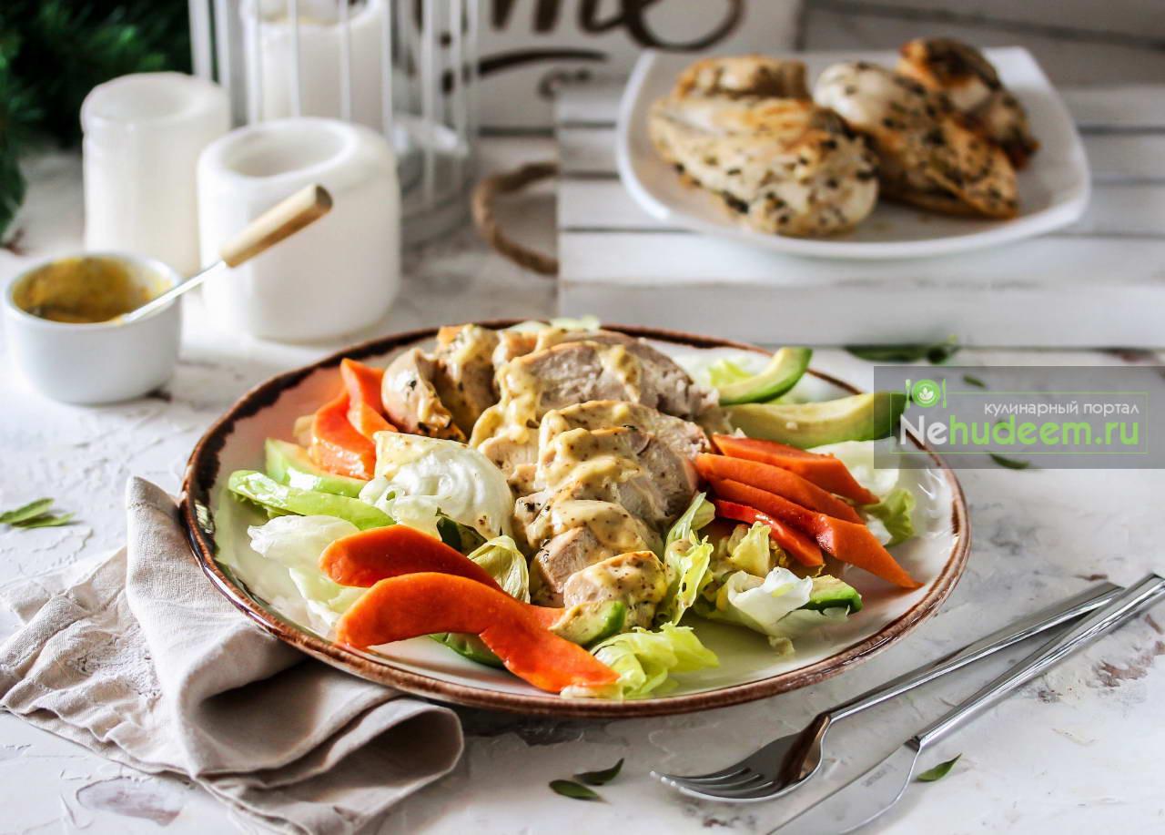 Салат с папайей, авокадо и курицей