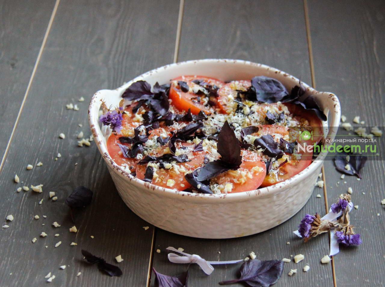 Закуска из помидоров с базиликом и чесноком