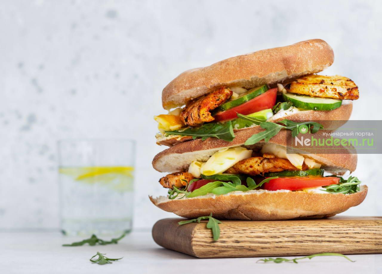 Сэндвич с курицей, яйцом и овощами