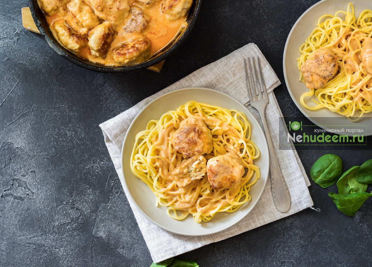 Спагетти с тефтелями в сметанном соусе