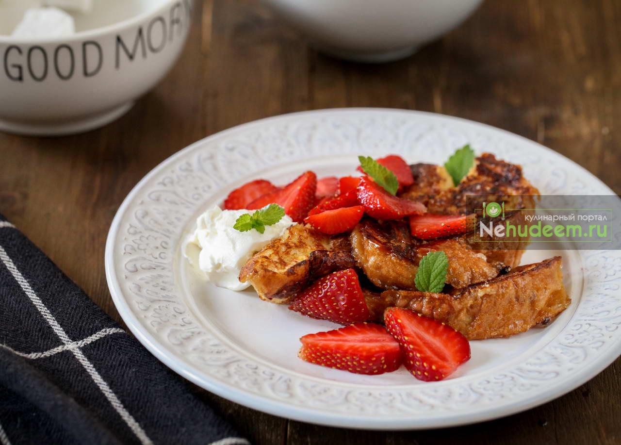 Карамелизированные гренки с кремом и ягодами