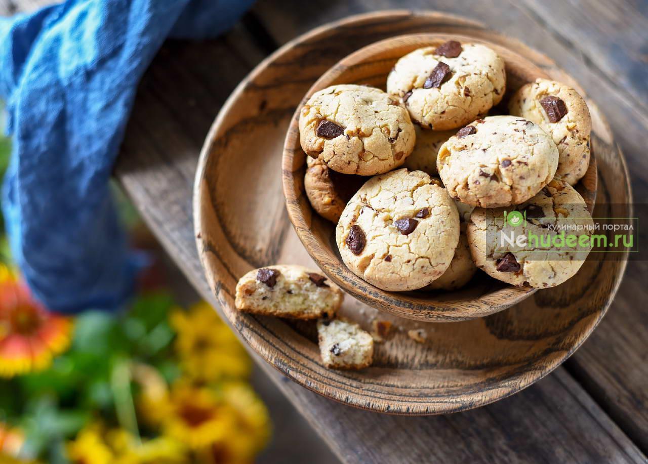 Печенье на желтках с шоколадом и орехами