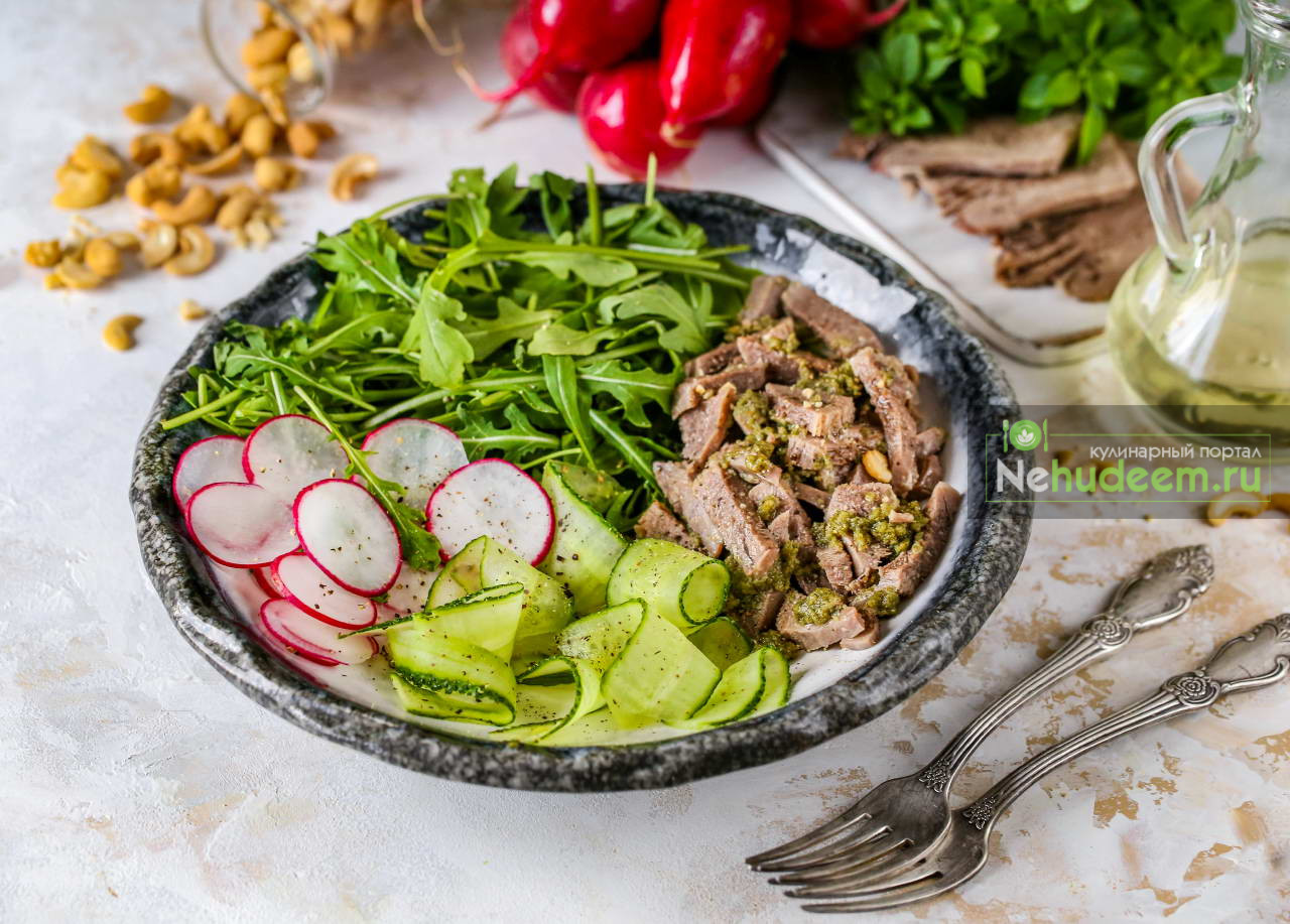 Салат с языком и соусом из кешью