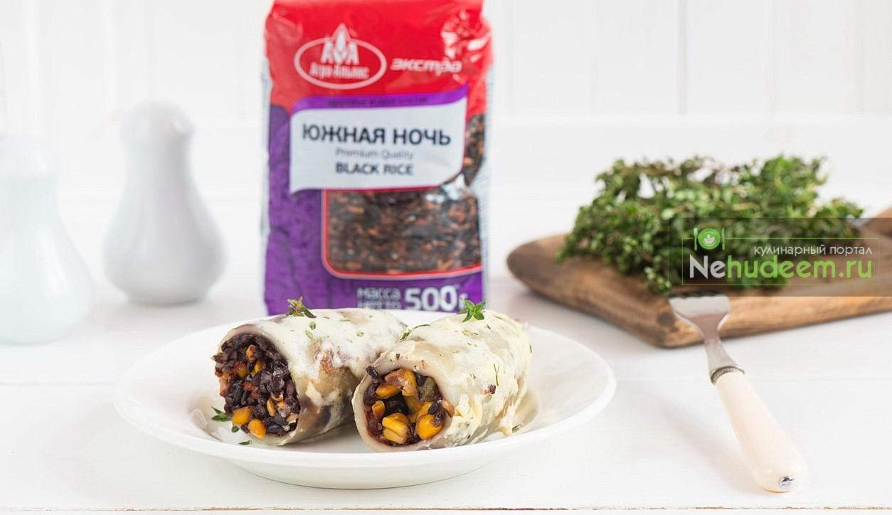 Фаршированные кальмары с черным рисом и сливочным соусом