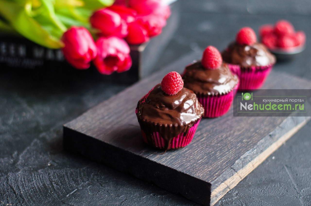 Шоколадные капкейки с белковым малиновым кремом и шоколадной глазурью