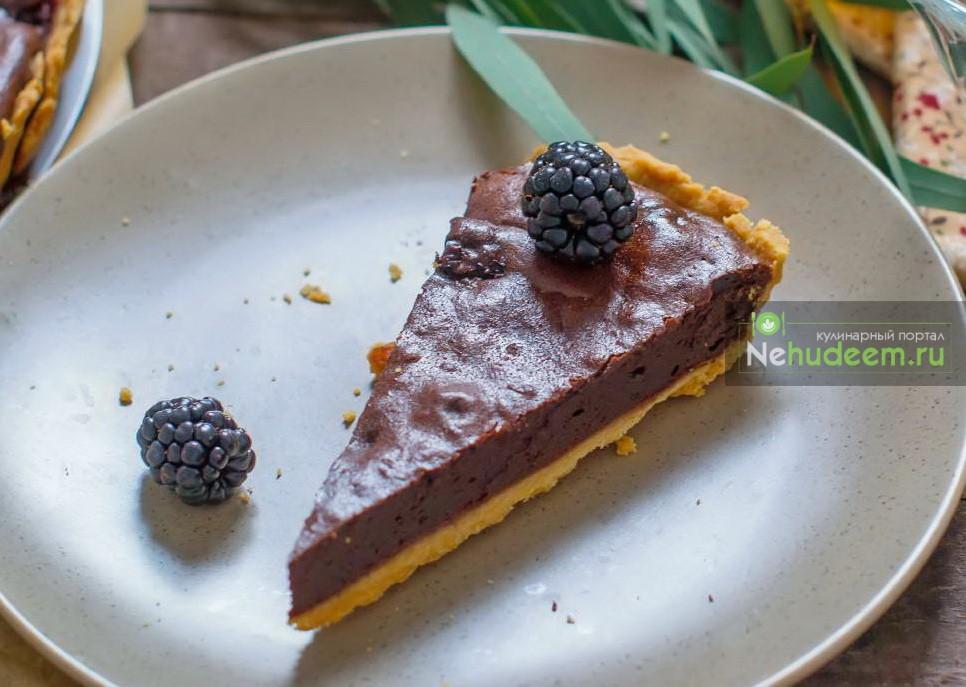 Тарт с шоколадом и ежевикой