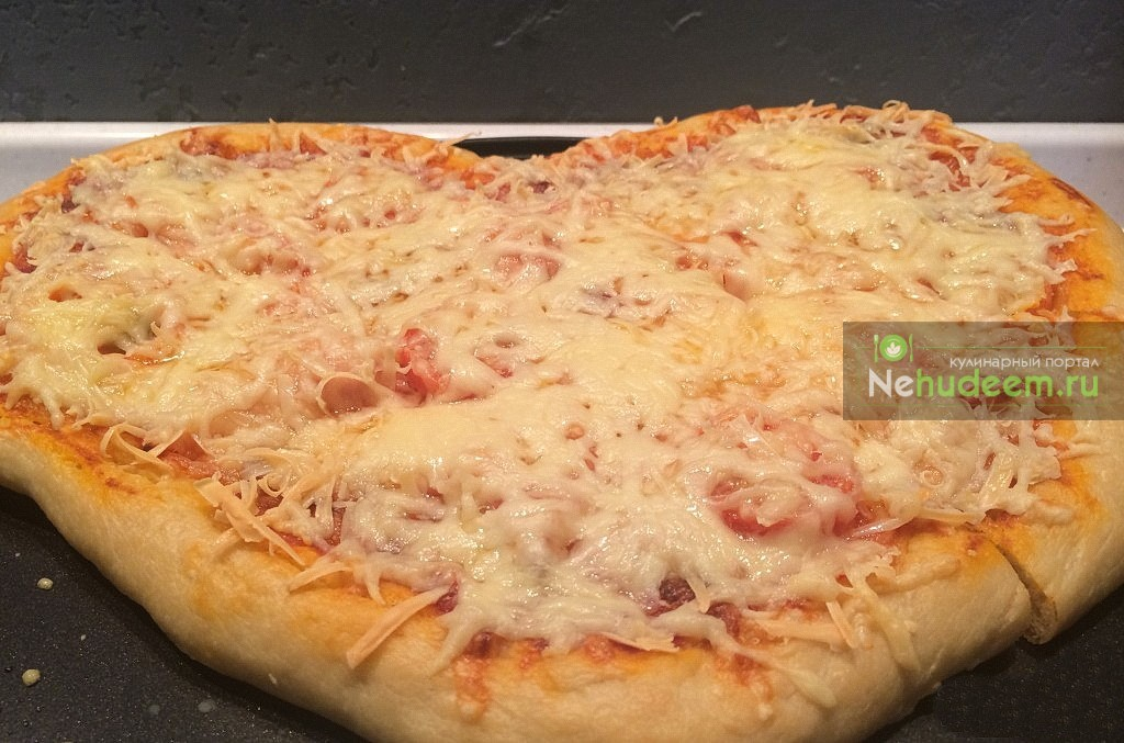 Пицца с колбасой и помидорами черри на дрожжевом тесте
