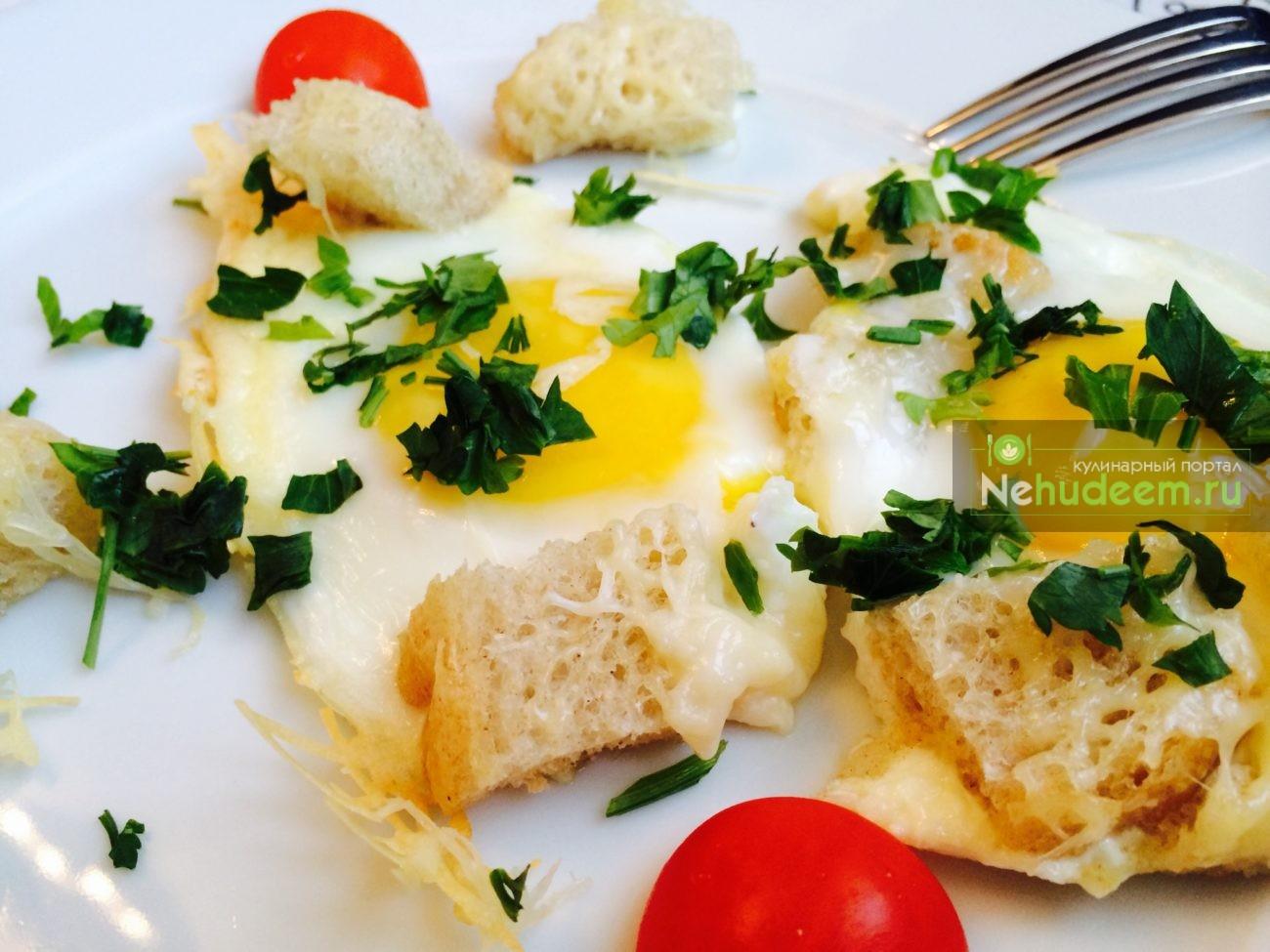 Глазунья с сыром и хлебом