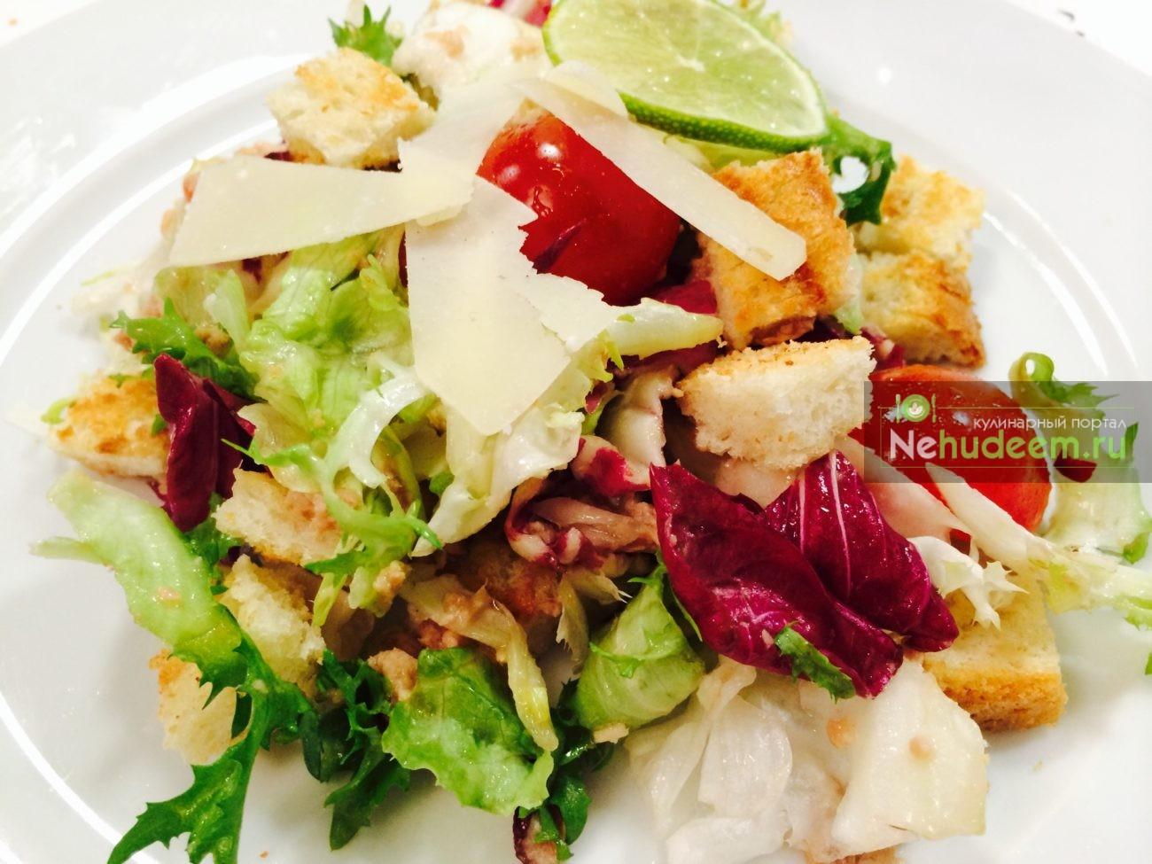 Салат с тунцом и гренками