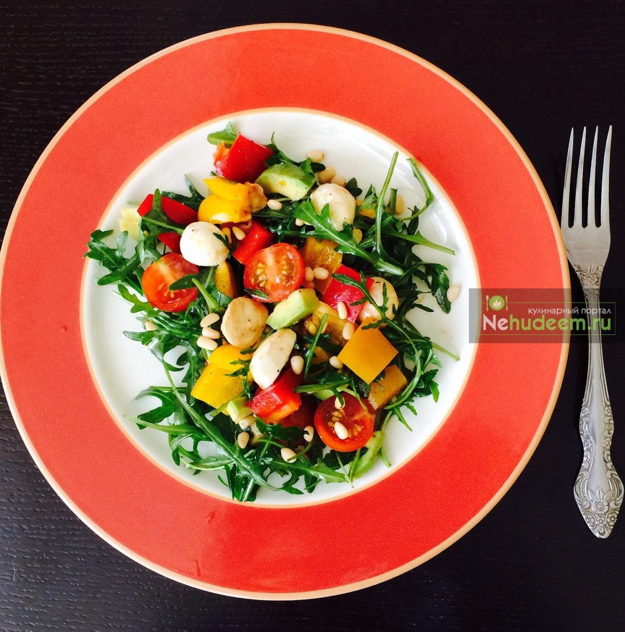 Овощной салат с моцареллой и соусом наршараб