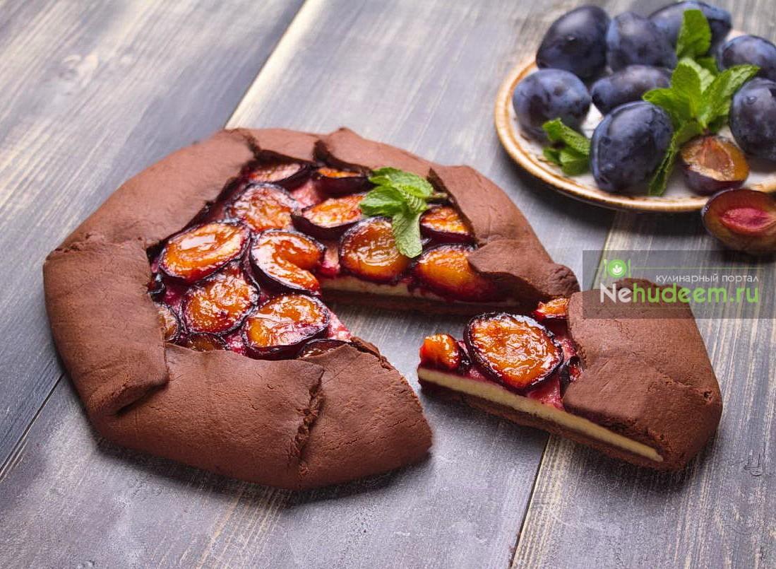Шоколадная галета с творогом и сливами